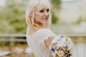 Hochzeitfotos_Braut_mit_Strauß_Portrait