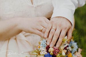 Hochzeitsfotos_Freie_Trauung_in_Schwabhausen_Brautpaar_Shooting_Detail_Ringe